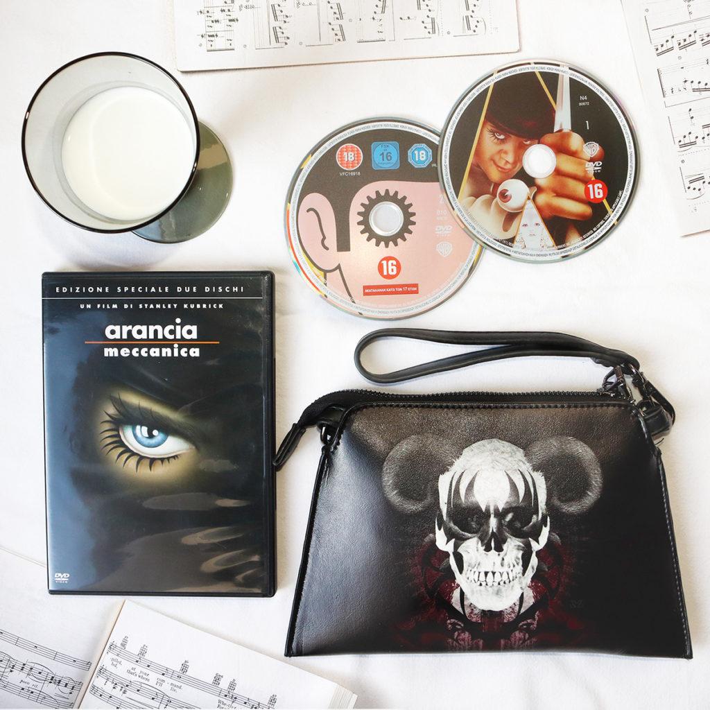 Composizione tributo ad Arancia Meccanica di Anthony Burgess. Dvd di Arancia Meccanica, borsa Zoa Studio